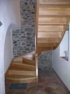 Escalier demi tournant, dans un peit espace.