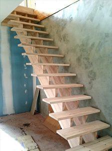 Escalier droit, sans rampe.
