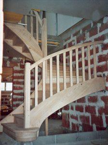 Escalier demi tournant, posé dans une maison en chantier.