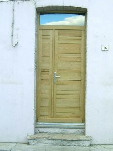 Porte d'entrée pleine. Maison de village.