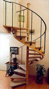 Escalier comlimaçon, rembarde en feronnerie.
