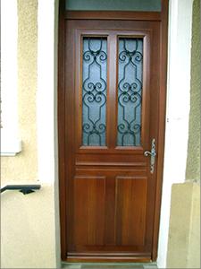 Porte d'entrée ajourée, avec feronnerie.